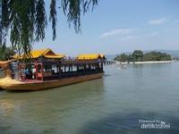 Perahu naga masih bertengger di tepian danau menunggu pengunjung