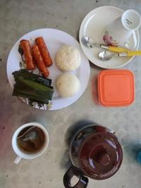 Manikmati kopi dan sarapan pagi di kampung Yooi.