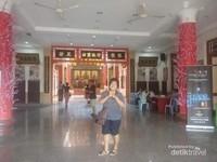 Ruang utama kuil yang bersih dan terawat