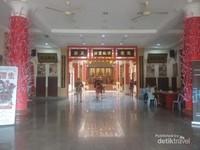 Lobby kuil yang bersih dan terawat
