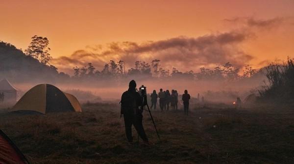 Menyaksikan sunrise di Ranca Upas. Deretan tenda di camping ground membuat pemandangan saat sunrise semakin cantik