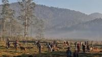 Kabut pagi tak mengurangi keindahan pemandangan di penangkaran rusa Ranca Upas