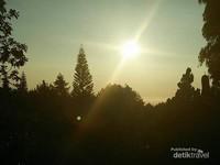 Mentari mulai menampakkan sinarnya menuju puncak.
