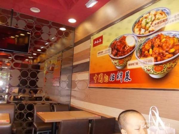 foto-foto makanan di dinding resto kelihatan menggoda.