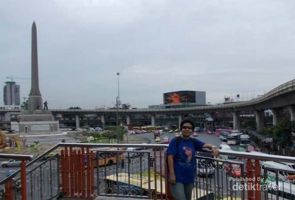 Berfoto di jembatan sekitar Monumen Kemerdekaan Bangkok