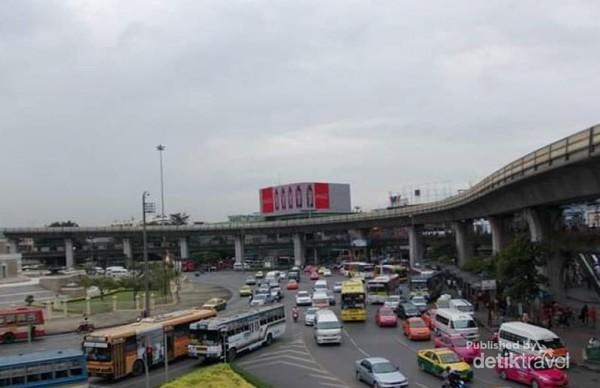 Padatnya lalu lintas sekitar Victory Monument