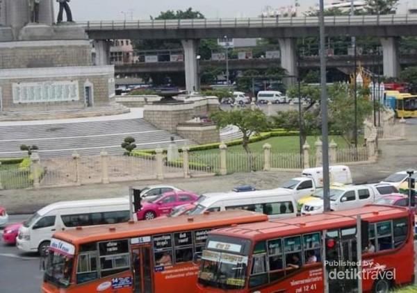 Dua bus sedang parkir menunggu penumpang.