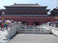 Menuju bangunan-bangunan utama di Kota Terlarang Beijing.