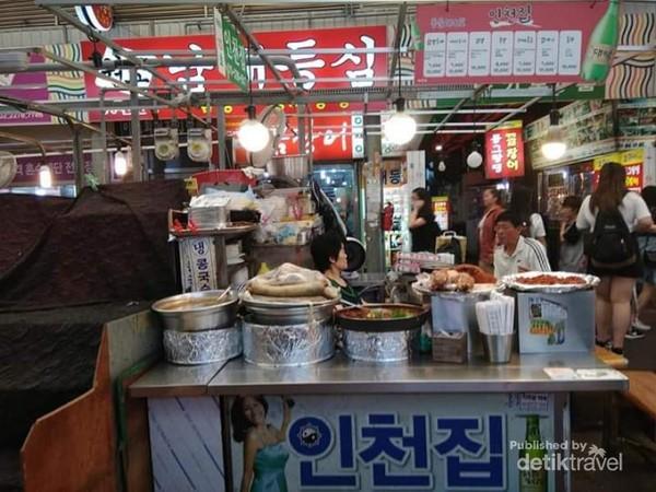 Salah satu pedagang kuliner khas Korea.