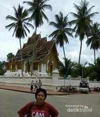 Di perempatan Jalan  antara Musium nasional dan pusat kota Luang Prabang.