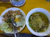 Kuliner di pasar tradisional Luang Prabang.