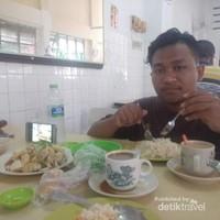 Menikmati makan siang nasi ayam Gemencheh