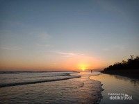 Cantiknya menikmati sunrise di pantai kolbano
