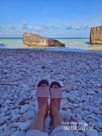 Pantai cantik dengan kerikil berwarna-warni di TTS