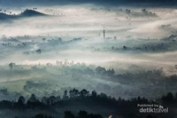 Kabut menyelimuti pagi di kota Bandung.