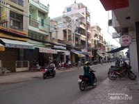 Jalanan kota yang masih sepepi di pagi hari.