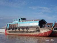Perahu penangkap ikan di Sungai Bassac beberapa sekaligus menjadi rumah nelayan.