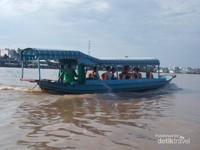 Perahu pejalan yang ingin menikmati kehidupan lanngsung di sungai Bassac.