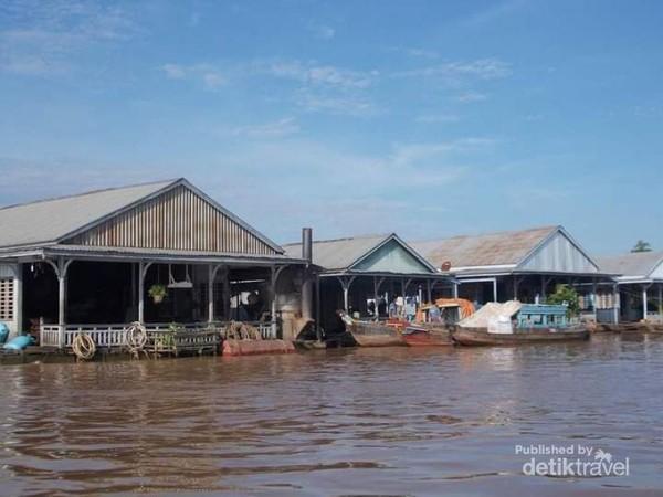 Rumah-rumah peternak ikan di tepian sungai Bassac.