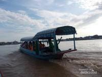 Perahu-pejalan yang melintasi sungai Bassac.