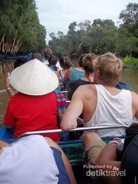 Berperahu menyusuri kanal-kanal hutan Tra Su