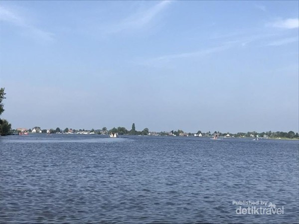 Danau Loosdrecht berada di kawasan Wijdemeren