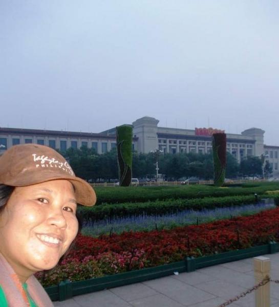 Bersiap melihat upacara penurunan bendera di Lapangan Tiananmen.