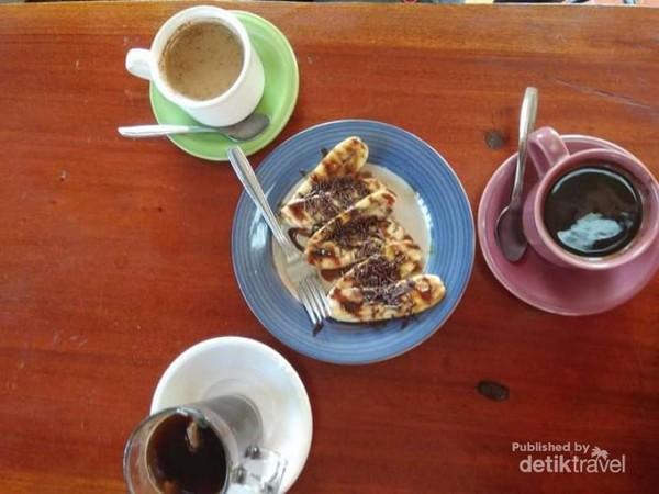 Kopi dan jajanan WOW Cafe Gunung Wilis.