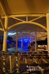 Di area kedatangan, kita akan menemukan booth berbagai resort yang ada di Maldives