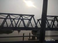 Sebuah jembatan yang menghubungkan kedua sisi sungai Kapuas.