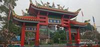 Gate megah Vihara Tri Darma Raya di Singkawang.