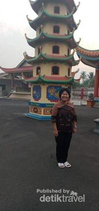 Berfoto di depan pagoda vihara tersebut.