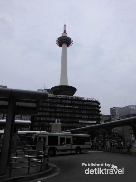Kyoto tower yang menjulang tinggi di langit kota Kyoto Jepang.