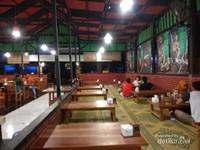 Tempat lesehannya pun bersih dan nyaman untuk makan dan bersantai.