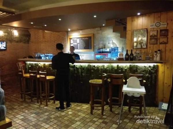 Bisa pesan makanan dan minuman yang menggoda di cafe pelangi