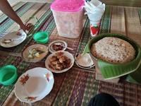 Mari kita makan hasil beras yang dimasak dengan cara tradisional sunda