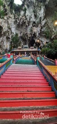 Tangga warna warni menuju puncak gua Batu Caves
