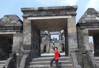 Berfoto di bangunan utama Situs Ratu Boko