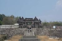 Situs ratu Boko, pemandangan dari gerbang masuk.