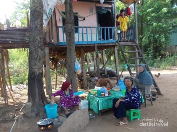 Sebagian dari suku Cham tinggal di rumah panggung