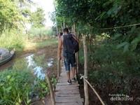 Jalan setapak menuju kampung Cham dari sungai tepian sungai Mekong