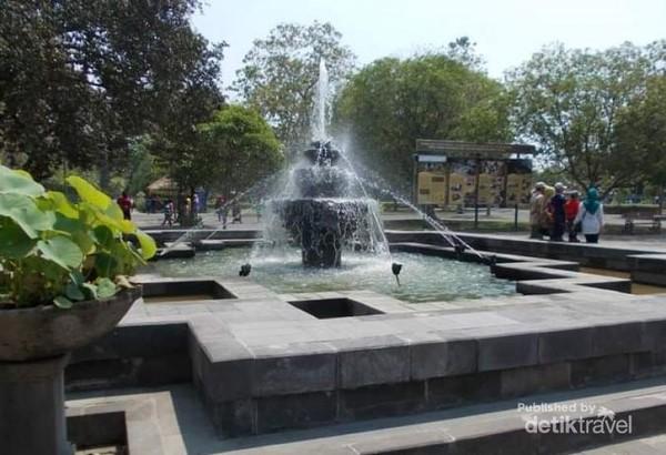 Air mancur di pelataran Candi Prambanan.