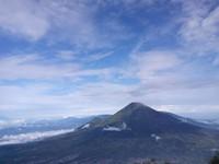 Pemandangan Gunung Sindoro dari lereng Gunung Sumbing