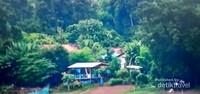 Desa yang hijau dan damai di bawah pegunnungan karst.