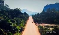 Jalanan menajak menuju perbukitan Thakhek.