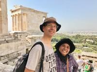 Berpose sejenak bersama suami dari ketinggian Akropolis
