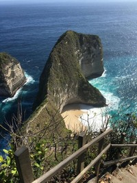 Salah satu destinasi paling terkenal di Nusa Penida yakni Kelingking beach. Keren parah!