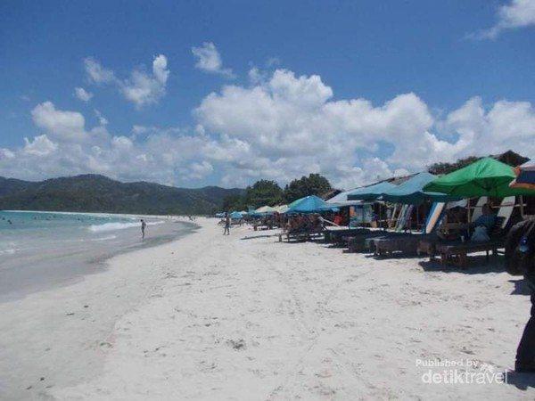 Hamparan pasir putih Pantai Selong Belanak.