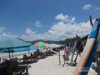 Jajaran kursi yang disediakan untuk pengunjung menikmati pantai.