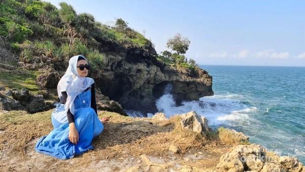 Berfoto di atas tebing Pantai Madasari Pangandaran.
